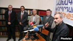 Жирайр Сефилян (справа) и другие представители «Новой Армении» (архивная фотография)