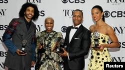 """Aktori i parë në të majtë, Daveed Diggs e mban çmimin """"Tony"""" për shfaqjen """"Hamilton"""""""