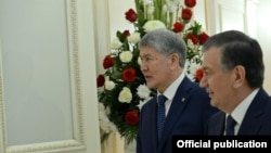 Президенты Узбекистана и Кыргызстана Шавкат Мирзияев (справа) и Алмазбек Атамбаев.