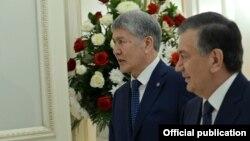 Алмазбек Атамбаев и Шавкат Мирзиеев в Астане. 9 июня 2017 года.