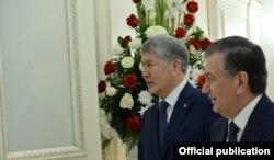 Президенттер А.Атамбаев менен Ш.Мирзиёев ШКУнун отурумунда. 2017.