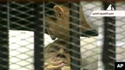 Египеттің бұрынғы президенті Хосни Мүбәрак сот залында. Каир, 15 тамыз, 2011 ж.