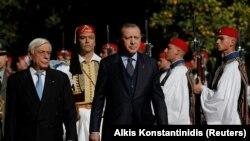 Presidenti grek Prokopis Pavlopoulos dhe ai turk, Recep Tayyip Erdogan. Foto nga arkivi