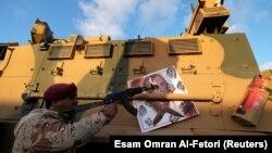 یک عضو ارتش ملی لیبی به رهبری خلیفه هفتر که مصر، امارات متحده عربی، فرانسه و روسیه از آن حمایت میکند.