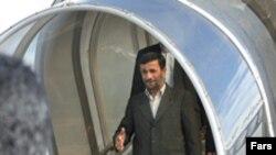 آقای احمدی نژاد در حالی وارد کاراکاس شد که هوگو چاوز، رییس جمهوری ونزوئلا در فرودگاه به استقبال وی نيامده بود.