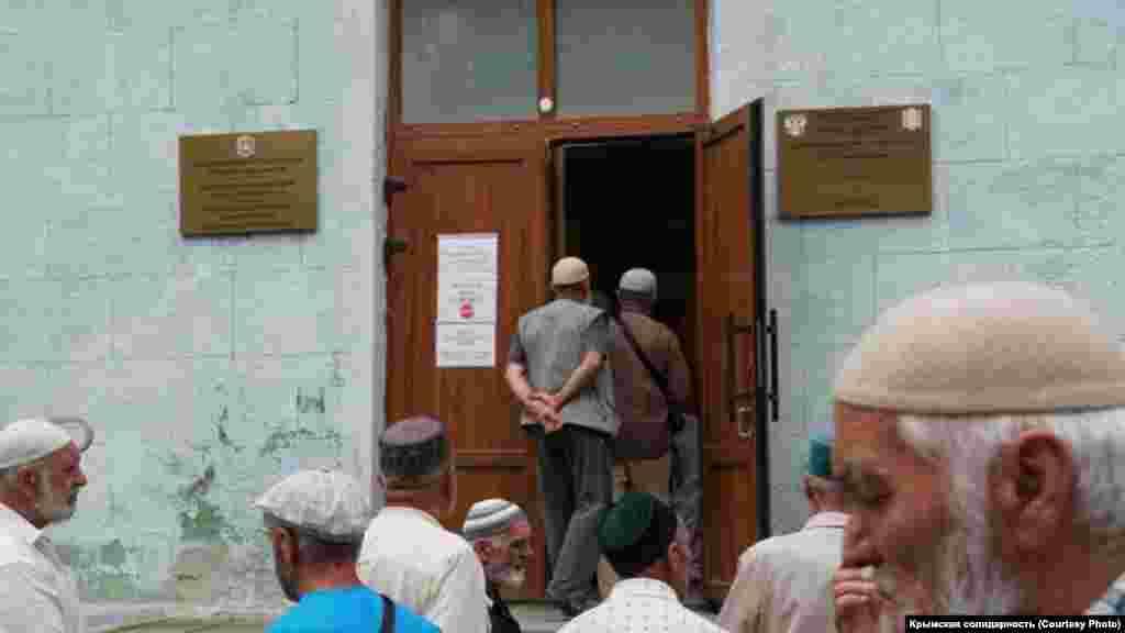 Причина собрания – масовые обыски и задержания крымских татар и мусульман, которые провели 7 июля российские силовики