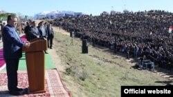 Президент Таджикистана Эмомали Рахмон выступает перед жителями Хисарского района.
