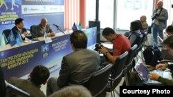 Президент Междунaродной федерации бокса Чинг-Куо Ву (слева) проводит пресс-конференцию накануне чемпионата мира по боксу. Алматы, 14 октября 2013 года.