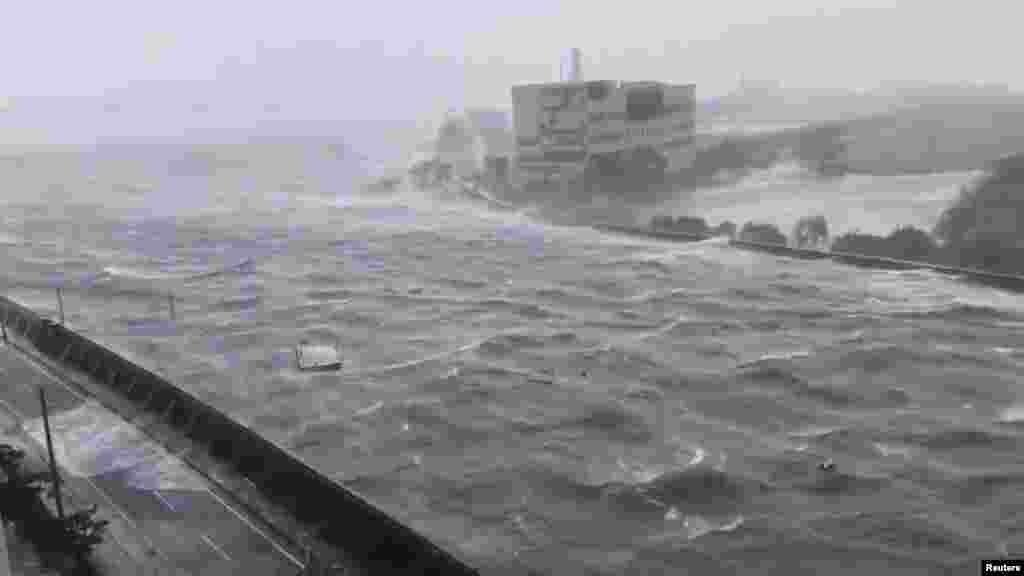 Сильний вітер від тайфуну «Джебі» в японському містіНісіномія