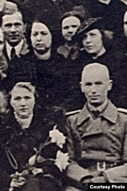 Гамбурскі рахунак Бахарэвіча, Натальля Арсеньнева (2-я зьлева ў верхнім шэрагу) і Францішак Кушаль (2-гі зьлева ў ніжнім шэрагу) на 25-х угодках існаваньня Віленскай Беларускай Гімназіі. 1944 г. БДАМЛМ