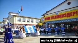 Школа, построенная в новостройке Калыс-Ордо на выделенные Китаем 2 млн долларов.