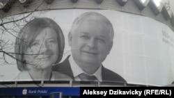Уличный плакат в память Леха и Марии Качиньских в Варшаве