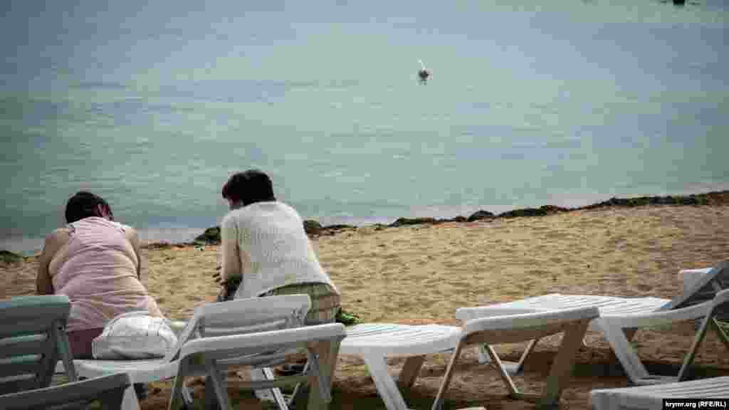 Туристы проводили время у воды и наслаждались морским запахом