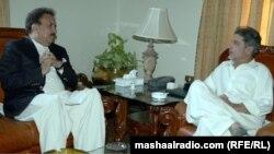 د پاکستان د کورنیو چارو وزیر رحمان ملک د بلوچستان له ګورنر ذوالفقار مګسي سره خبرې اترې کوي