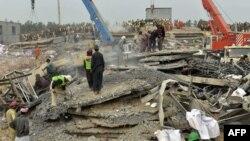 Рятувальники розбирають завали фабрики, 6 листопада 2015 року