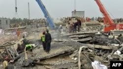 Pamje gjatë operacionit të kërkim-shpëtimit në gërmadhat e fabrikës në Pakistan