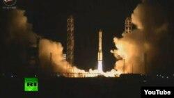 Rusiyanın Proton raketi Baykonur kosmodromundan qalxarkən.