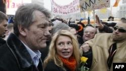 """Виктор Ющенко и Юлия Тимошенко в дни """"оранжевой революции"""". 2004 год"""