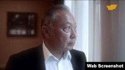 «Хабар» телеарнасы көрсеткен «Миссия миротворца. Кыргызский разлом» фильмінде сөйлеп тұрған Құрманбек Бакиев. Видеодан алынған скриншот.