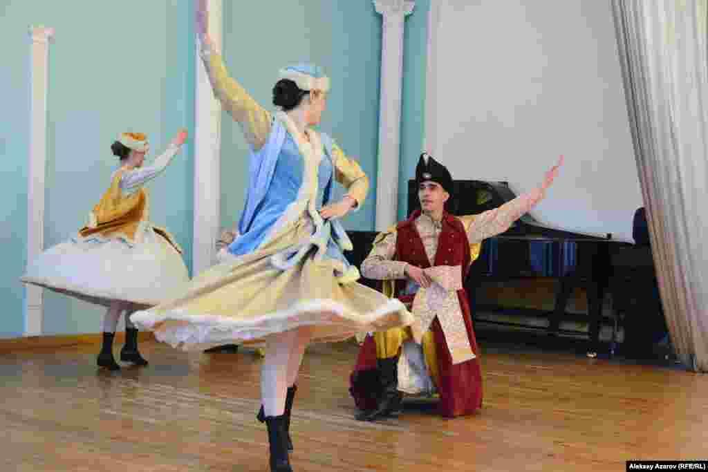 Вечером 28 апреля в рамках Недели выступал ансамбль песни и танца Jedliniok из Польши. Как рассказал его руководитель Хенрик Бжезинский, в ансамбле участвуют студенты учебных заведений Вроцлава. Этому коллективу более сорока лет, и его название — от названия польского танца.