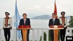 Генералниот секретар на ОН Бан Ки Мун и претседателот на Македонија Ѓорѓе Иванов во Охрид. 25 јули 2012