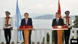 Генералниот секретар на ОН Бан Ки Мун и претседателот на Македонија Ѓорѓе Иванов во Охрид, Македонија.