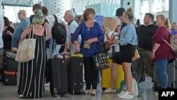 """Британски туристи чакат на летището в Тунис, след като полетът им с """"Томас Кук"""" бе отменен"""