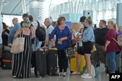 با توقف فعالیت شرکت توماس کوک صدها هزار مسافر در سراسر جهان سرگردان شده و بریتانیا ناگزیر شده است گستردهترین عملیات بازگرداندن شهروندان خود در تاریخ این کشور را در دستور کار قرار دهد.