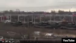 YouTube saytında dərc olunmuş videolardan birində ağır tanklar yüklənmiş qatarlar hərəkət edir