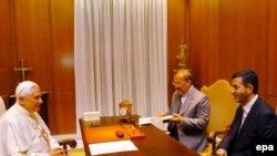 اسفندیار رحیم مشایی (راست) به همراه منوچهر متکی در دیدار با پاپ بندیکت شانزدهم