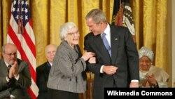 Prezident George W.Bush 2007-ci ildə Harper Lee-ni prezident ordeni ilə təltif etmişdi