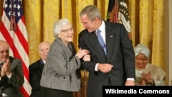 Harper Lee-yə ABŞ-ın Azadlıq Medalı verilir. Mükafatı prezident George W.Bush təqdim edir. 5 noyabr 2007