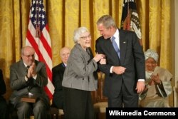 Харпер Ли и Джордж Буш в 2007 году в Вашингтоне