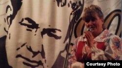 Пляменьніца Івана Мележа Ліля на вечарыне ў в. Глінішчы, прысьвечанай 90-годзьдзю з дня нараджэньня пісьменьніка. 2011 г. (з архіву сям'і І. Мележа)