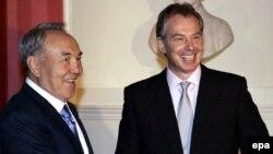 Ұлыбританияның сол кездегі премьер-министрі Тони Блэр (оң жақта) мен Қазақстан президенті Нұрсұлтан Назарбаев. Лондон, 21 қараша 2006 жыл.