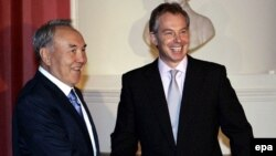 Премьер-министр Великобритании приветствует президента Казахстана Нурсултана Назарбаева в своей официальной резиденции на Даунинг-стрит. Лондон, 21 ноября 2006 года.
