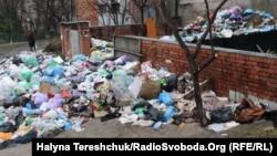 Сміття на вулиці Тарнавського, Львів, 20 березня 2017 року