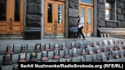 Портреты погибших на Донбассе бойцов на ступеньках президентской администрации во время акции противников референдума по мирным соглашениям с Россией