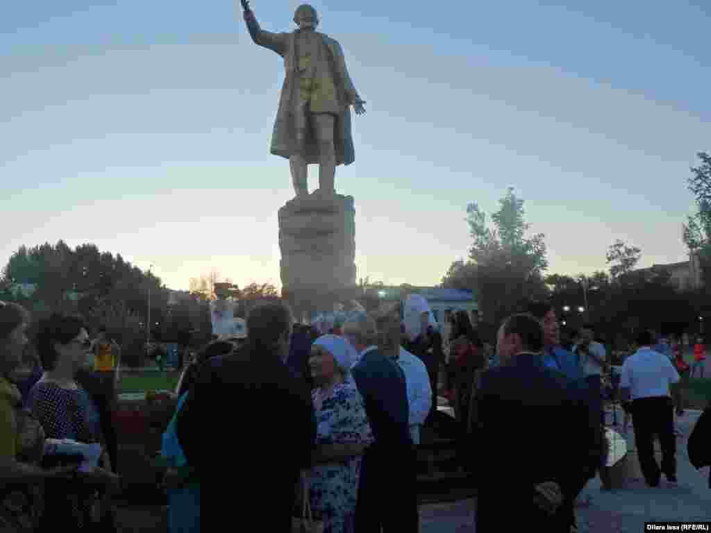 Шымкент қаласындағы композитор Шәмші Қалдаяқовтың ескерткішіне гүл шоқтарын қою рәсімі.