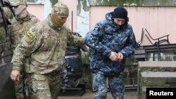 Украинского военного моряка доставляют в суд. Симферополь, 27 ноября 2018 года