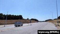 Новый участок дороги: дополнительные две полосы, движение по ним еще не открыто. Июль 2019 года