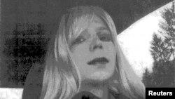 Рядовой Мэннинг, осужденный за передачу секретной информации Викиликс, на этой фотографии 2010 года переодет в женщину