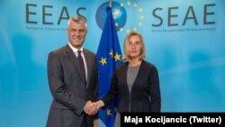 Përfaqësuesja e Lartë e BE-së, Federica Mogherini, dhe presidenti i Kosovës, Hashim Thaçi. (Foto nga arkivi)