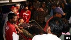 Брза помош интервенира на местото на експлозијата во светилиштето Шах Нурани во Пакистан