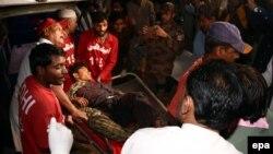 Медики несуть пораненого внаслідок вибуху бомби в храмі, Пакистан, 12 листопада 2016 року