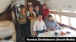 Ղրղըզստանի նախկին նախագահ Ալմազբեկ Ատամբաևը՝ աջակիցների հետ, օդանավում, 24-ը հուլիսի, 2019թ․
