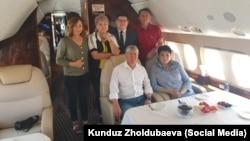 Қырғызстанның бұрынғы президенті Алмазбек Атамбаев пен оның жақтастары ұшақта. Бішкек, 24 шілде 2019 жыл.