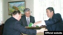Министр культуры Таджикистана Мирзошохрух Асрори на встрече с делегацией СУАР, Душанбе, 24 июня 2011 года.