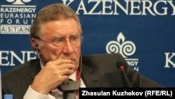 Рэндал Госсен, президент Мирового нефтяного совета, в качестве спикера на форуме Kazenergy. Астана, 5 октября 2010 года.