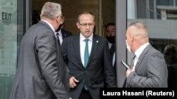 Kryeministri i ri i Kosovës, Avdullah Hoti duke dalë nga ndërtesa e Kuvendit të Kosovës, pasi u votua ekzekutivi i ri, që do ta udhëheqë ai.